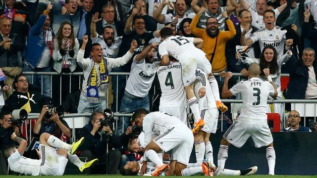 Ils giugaders da Real Madrid sa legran cun lur fans.