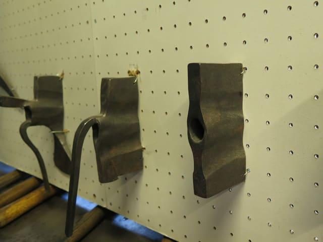 Verschiedene Metallstücke in verschiedenen Stadien der Verarbeitung.