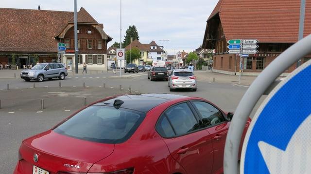 Verkehr am Kreisel im Zentrum von Köniz