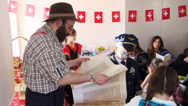 Mann in Appenzeller Kleidung liest aus Schriftrolle