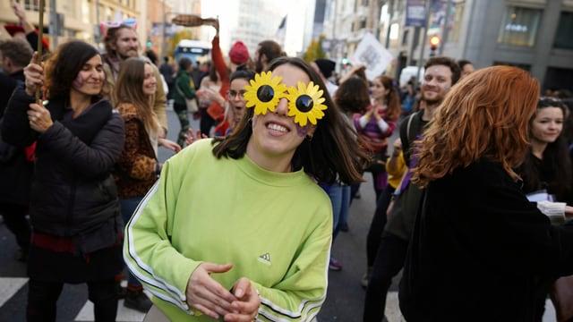 Junge Klimaaktivistin mit Sonnenblumenbrille in Madrid