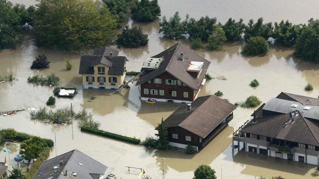 Überschwemmung in Sarnen. Viele Häuser umgeben von Wasser.