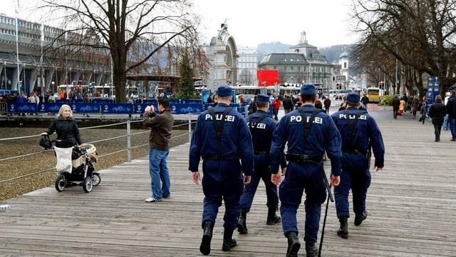 Eine Polizeipatrouille beim Luzerner Bahnhof.