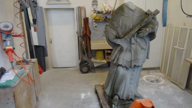 Las restanzas da la statua dal Sontg Nepomuk da Domat en il lavuratori da Benno Willi.