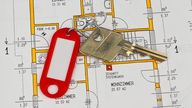 Wohnungsschlüssel liegt auf einem Wohnungsplan