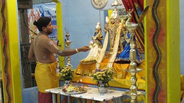 Ein Priester im Hindu-Tempel Adliswil opfert Essen für die Götter.