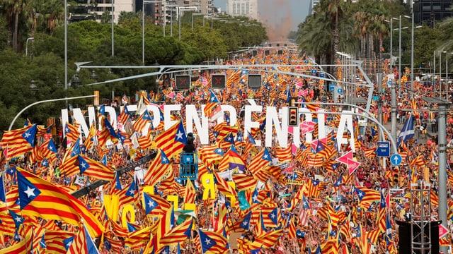 Menschenmenge mit hunderten katalanischen Flaggen.