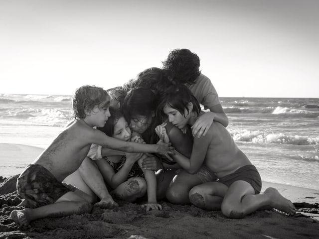 Biild aus dem Film Roma in schwarz weiss