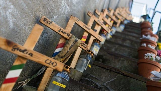 Blick auf Holzkreuze für die Opfer an der Erinnerungs-Stätte in Duisburg.