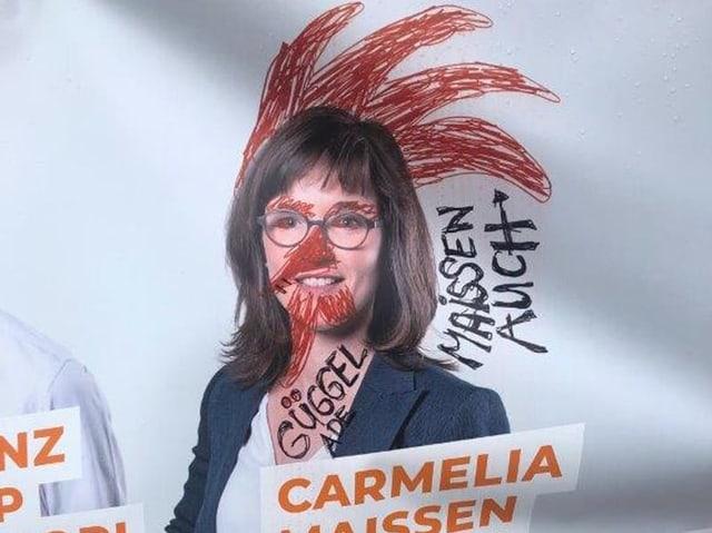 La candidata Carmelia Maissen cun malegia si ina cresta tgiet.