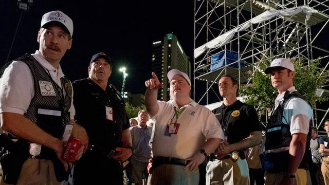 Filmheld Richard Jewell zeigt den Polizisten, wo die Bombe versteckt ist.