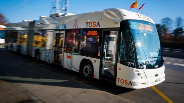 Weisser Elektrobus Tosa auf einer Strasse in Genf im Einsatz.