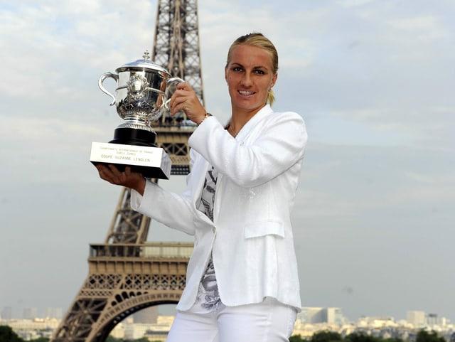 Swetlana Kusnezowa mit Pokal vor dem Eiffelturm.