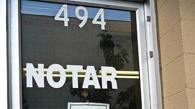 Die Türe eine Notariatsbüros