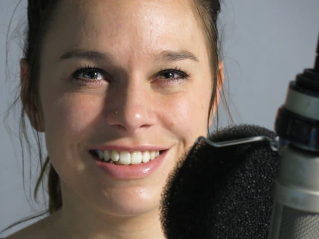 Aline Langenegger vor dem Mikrofon