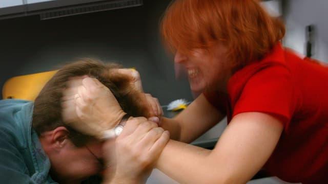 Video «Wenn Frauen schlagen» abspielen