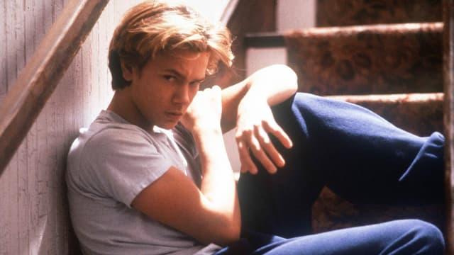 River Phoenix posiert 1988 auf einer Treppe für den Film «Running on Empty».