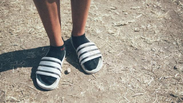 Adiletten mit Socken: DER Trend. Die Sportsocken müssten aber noch ein Mü höher sein.