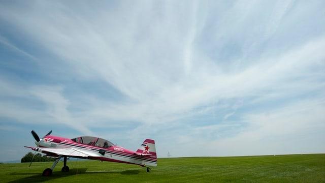 Ein einsames Propellerflugzeug auf dem Flugplatz Schupfart