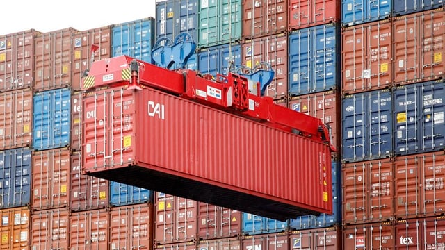 Container werden verladen.