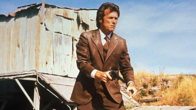 Ein Mann mit einer Waffe in der Hand.