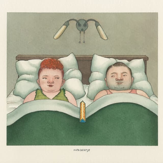 Ein Ehepaar liegt im Bett, zwischen ihnen eine Toblerone-Packung.