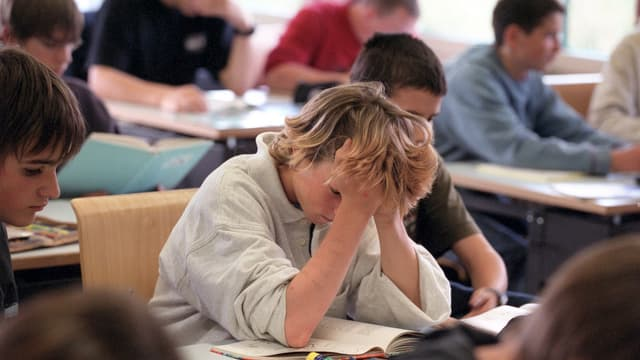 Schüler im Schulzimmer arbeiten konzentriert.