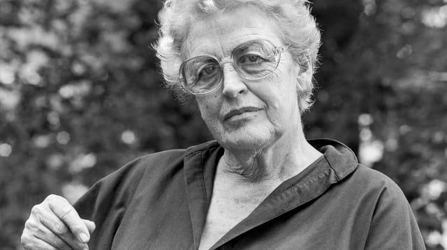 Laure Wyss, die Schweizer Journalistin und Literatin, auf einer schwarz-weiss Porträtaufnahme.