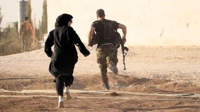 Eine Frau und ein Soldat rennen