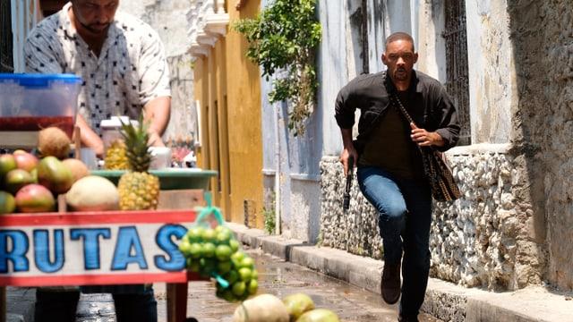 Will Smith rennt in Cartagena mit einer Waffe rum.