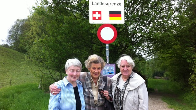 Drei Frauen vor der Landesgrenze