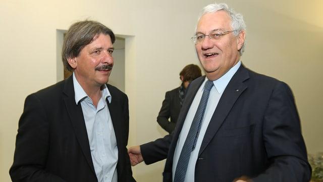 Die beiden Ständeratskandidaten Rechsteiner und Müller stehen lachend nebeneinander.