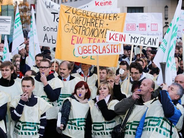 Menschen mit GDL-Shirt und Transparenten.