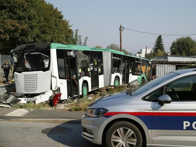 Polizeiauto vor Bus.