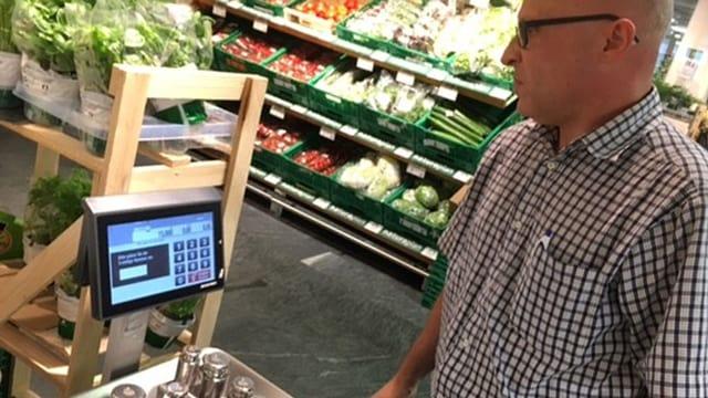 Waage in der Gemüseabteilung