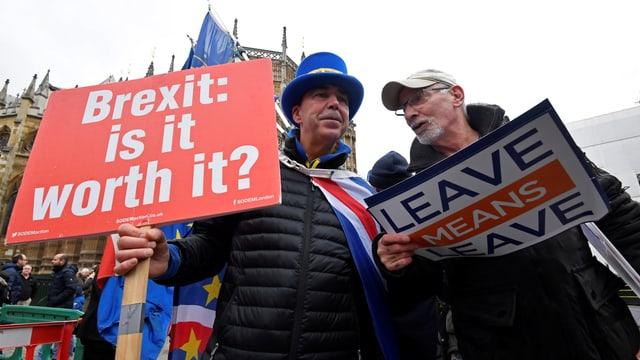 Zwei Männer mit zwei Plakaten pro und kontra den Brexit.