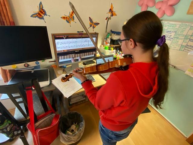 Noémi spielt ein Lied auf ihrer Geige.