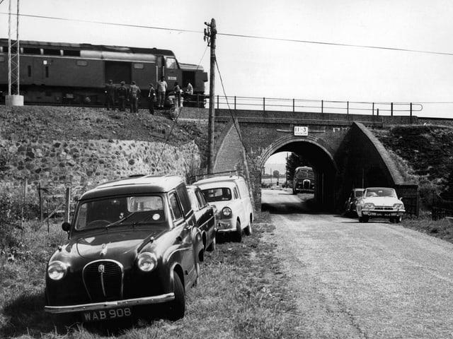Die Polizei untersucht die verlassene Lokomotive.