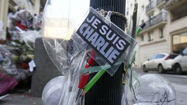 "fluras e motto da solidaritad ""je suis charlie"""