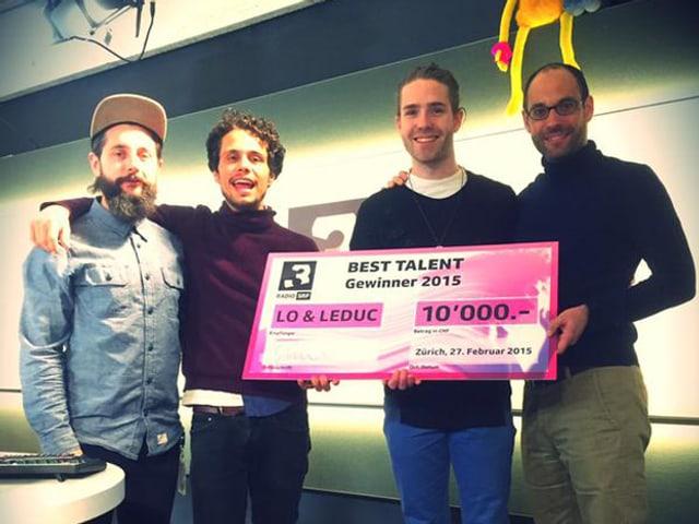 Andi Rohrer und Pascal Scherrer (Publizistischer Leiter SRF 3) überreichen den Best Talent Gewinnern Lo & Leduc den Siegergutschein über 10'000 Franken.