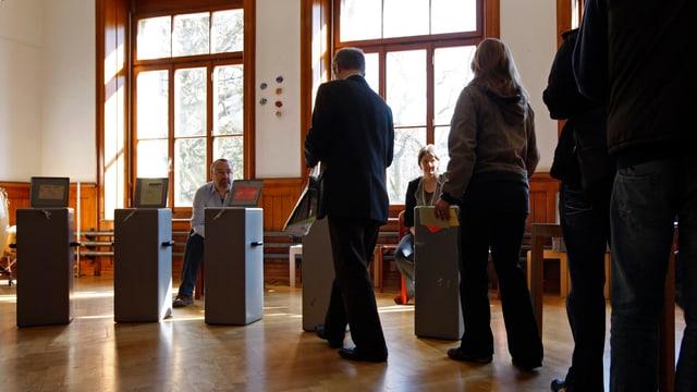 Personen bei der Stimmabgabe