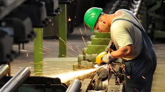 Arbeiter schleift Stahlträger.