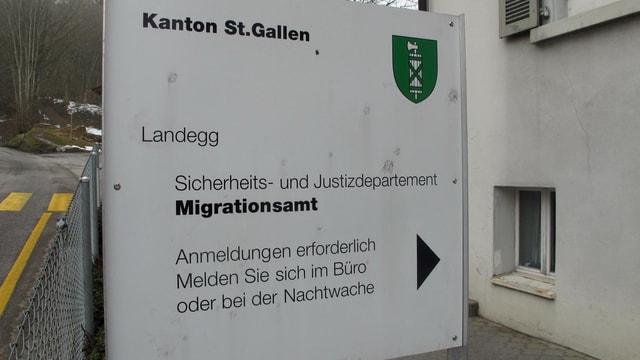 Eine Tafel des kantonalen Migrationsamt vor der Asylunterkunft Landegg.