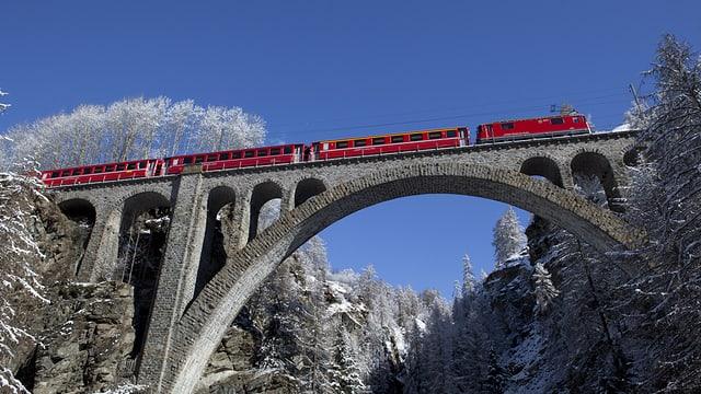 La Viafier retica sil viaduct Val-Tuoi sper Guarda