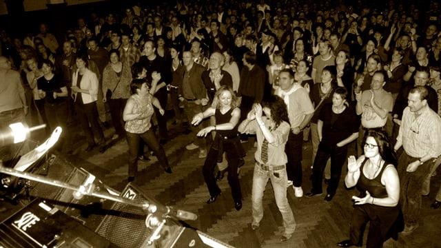 Rock-Nostalgiker tanzen im Bierhübeli zu den Klängen der Bands ihrer Jugend.
