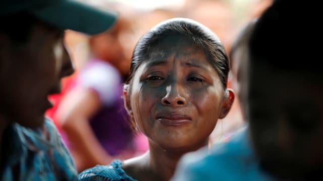 Die weinende Mutter des zuvor gestorbenen Mädchens.
