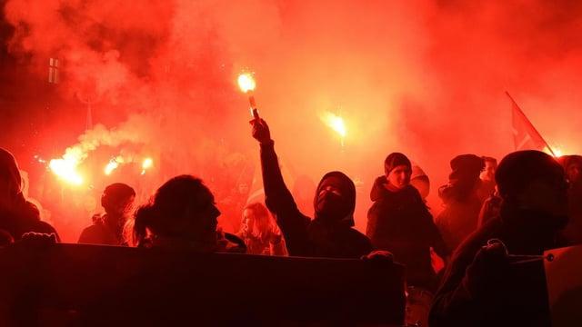 Demonstranten mitten im Rauch.