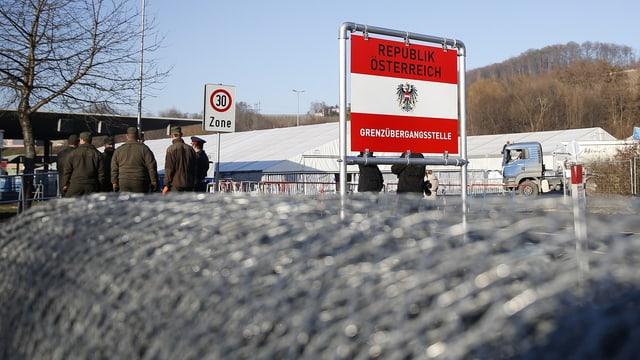 Gerollter Grenzzaun mit Grenzschild zu Österreich