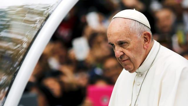 Der Papst in weisser Kutte.