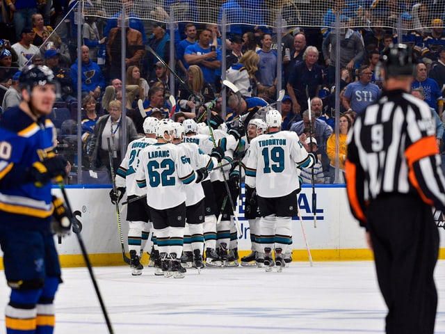 Die Sharks feiern, die Blues hadern mit den Schiedsrichtern.